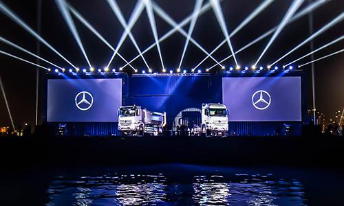 Lancement spectaculaire des nouveaux poids-lourds Mercedes-Benz